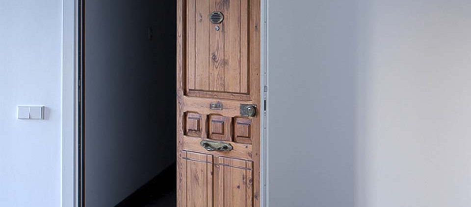 puerta de madera sostenible